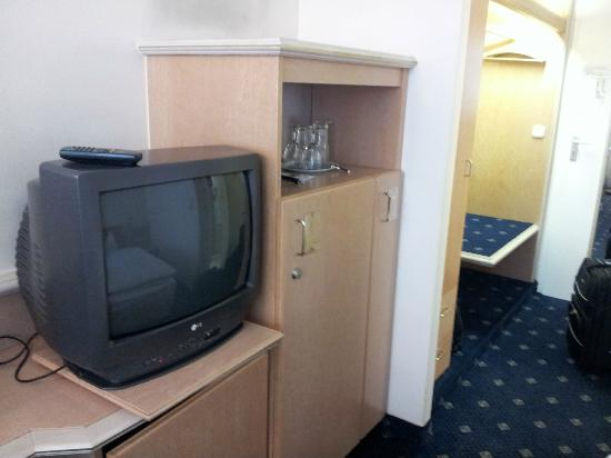 Ambiente Hotel: Room with an old TV