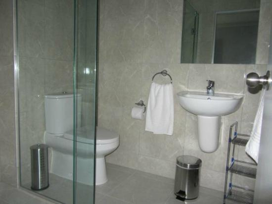 B-K's Esplanade Motor Lodge: shower bathroom