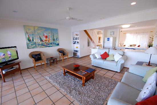 Noosa Entrance Waterfront Resort: Lounge room - Standard Townhouse