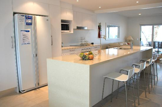 Noosa Entrance Waterfront Resort: Kitchen - Deluxe Townhouse