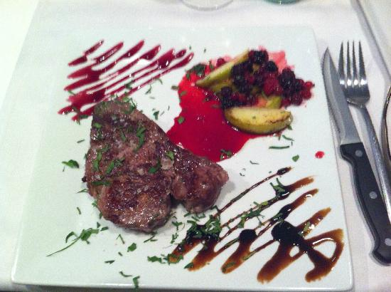 Lo Scolapasta: A steak with berries and apple