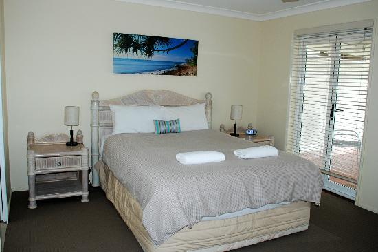 Noosa Entrance Waterfront Resort: Master Bedroom