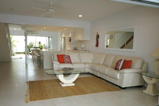 Noosa Entrance Waterfront Resort: Lounge Room - Deluxe Townhouse