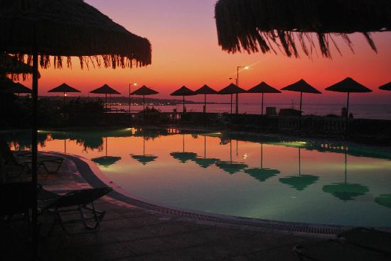Mediterraneo Hotel: one of the 2 swimming pool and colours of the sky/ una delle due pisicne e i colori del cielo