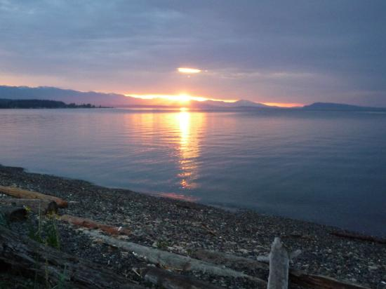 Charm of Qualicum Bed & Breakfast: Sunset!