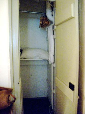 Anchor Inn: Morningstar room closet