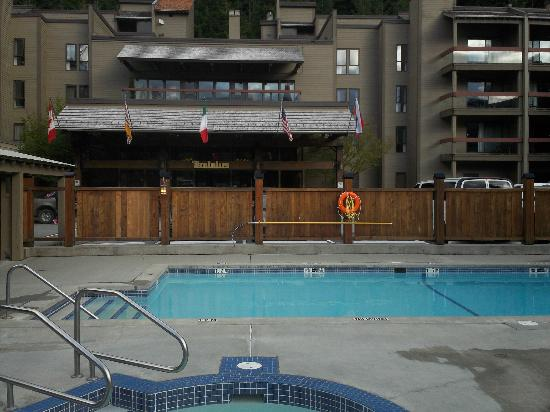 Tantalus Lodge: Great outdoor pool & hot tub!