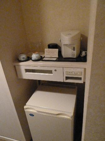 Grand Prince Hotel Takanawa: Tea making area with refridgerator