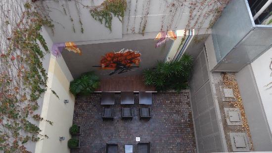The Glu Hotel : Patio interno - vista superior da varanda do quarto 302.