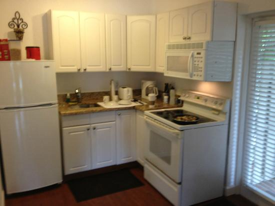 The Cabanas Guesthouse & Spa: Kitchen
