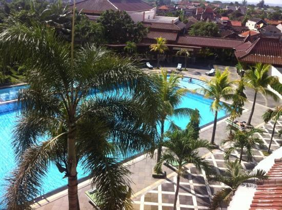 The Sunan Hotel Solo : The huge swimming pool