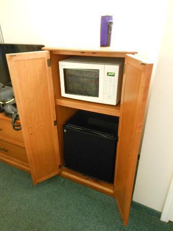 La Quinta Inn Albuquerque Northeast: Small refrigerator and microwave