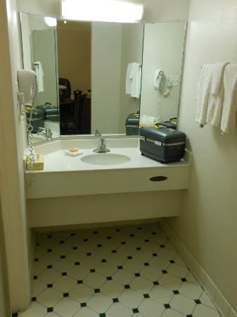 La Quinta Inn Albuquerque Northeast: sink area