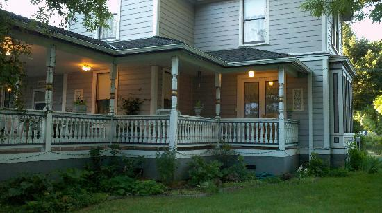 The Whitmore Inn: Beautiful porches