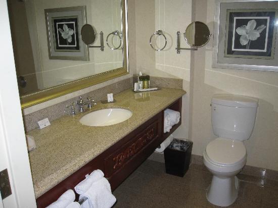 DoubleTree by Hilton Hotel Los Angeles - Norwalk: Restroom