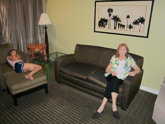 BEST WESTERN Royal Sun Inn & Suites: Sitting area with pull out couch
