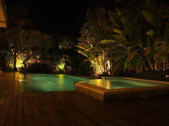 Pandawa Beach Villas & Spa: Pool view at night