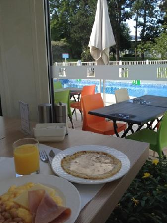 Holiday Inn Lille Ouest Englos : petit dej