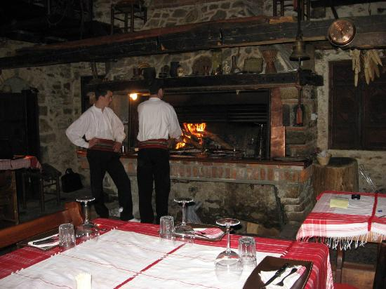 Hotel Tradita Geg & Tosk: The fire where all the food is prepared. Delicious menu selections!