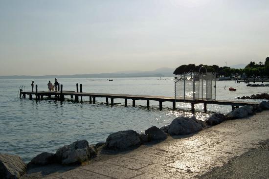 Hotel du Lac et Bellevue: Promenade, See und Privatsteg