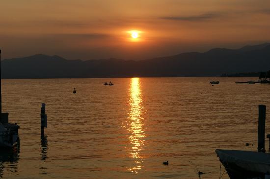 Hotel du Lac et Bellevue: Sonnenuntergang in Bardolino - Altstadt