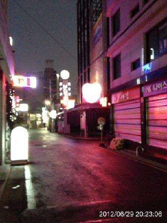 Doulos Hotel: 夜になるとホテルへの道はこんな様子