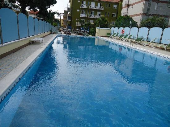 Hotel Miriam: Blick vom Pool aufs Hotel