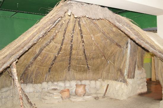 Palacio de Mondragon: thatched hut