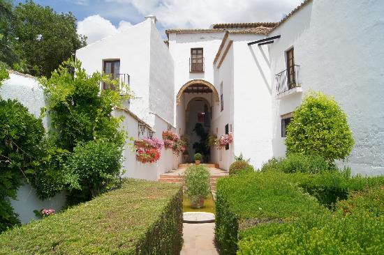 Palacio de Mondragon: gardens on edge of cliff