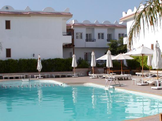 Cleopatra Tsokkos Hotel : la piscina al mattino prestissimo...poi cambia,anche il colore dell'acqua.