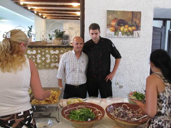 Maragakis Hotel: Vasilis (waiter) and Pantelis (chef)