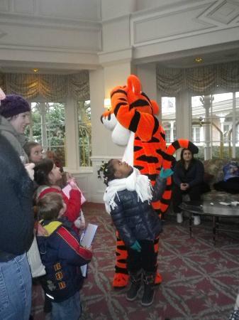 Disneyland Hotel: 16h les personnages arrivent dans le Hall de l hotel