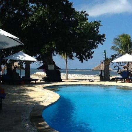 Matahari Terbit Bali Deluxe Bungalows: pool/beach