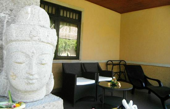 Matahari Terbit Bali Deluxe Bungalows: patio