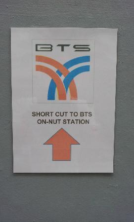 The Bedrooms Boutique Hotel: Signage to show shortcut to On Nut BTS