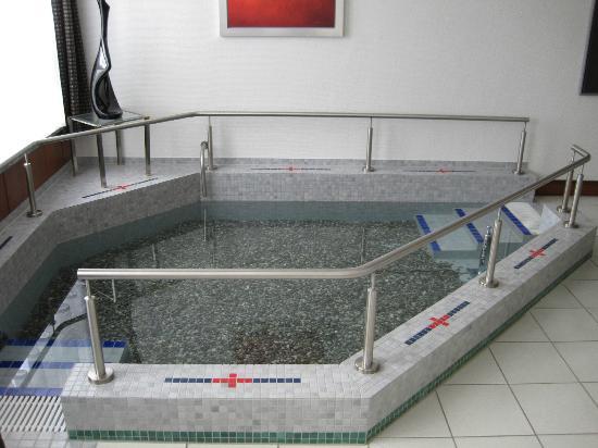 Kneipp  Und WellVitalhotel Edelweiss: Kneippbecken Mit Steine