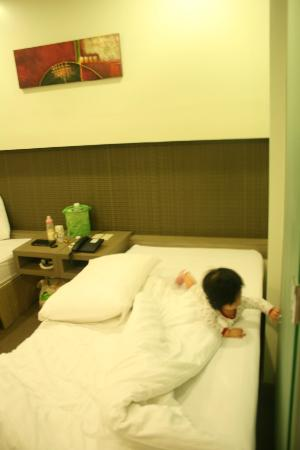 Magallanes Square Hotel : my princess enjoying the bed