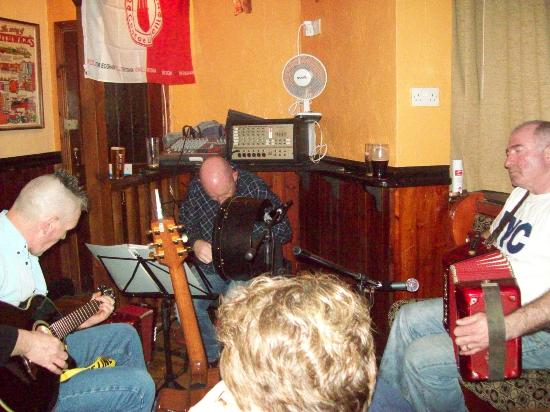 Donegal Town, Irlandia: Live traditional Irish music, The Reel Inn.
