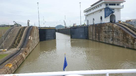 Panama Marine Adventures - Day Tours: Canal gates opening