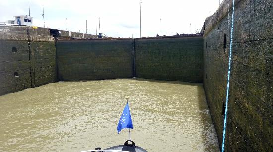 Panama Marine Adventures - Day Tours: Lock closing