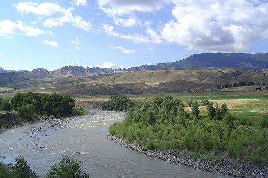 Yellowstone Valley Inn & RV Park: Shoshone River