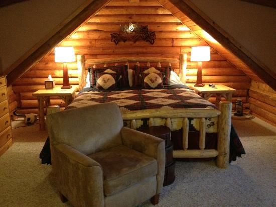 Howlers Inn Bed & Breakfast and Wolf Sanctuary: The Western Room