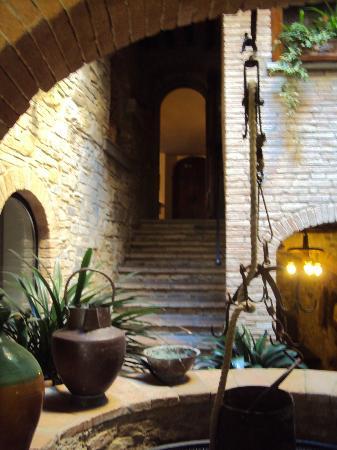 B.& B. Del Giglio: Inner courtyard