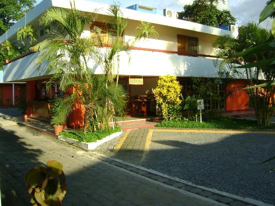Hotel Puerto Libre: Recepción y habitaciones