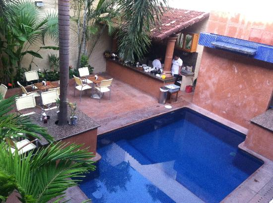 Hotel Mercurio: Pool, bar and breakfast area.