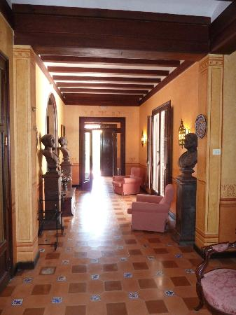 Hotel Capri: Large hall in the old building