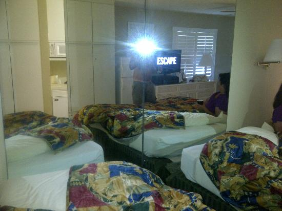 Gulfcoast Inn Naples: Bed and mirrors