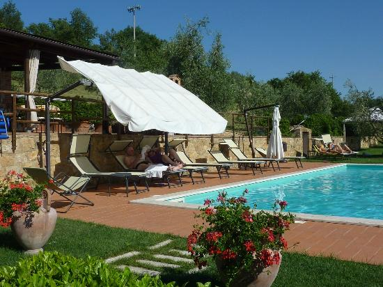 Agriturismo La Fonte: Great Pool with well mantained facilities