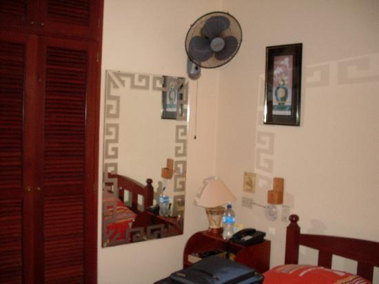 Hotel Las Palmas: Habitación. No hay aire solo este ventilador un poquito sucio