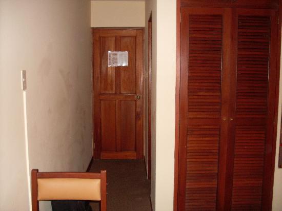 Hotel Las Palmas: Habitación. Vista desde la cama hacia el pasillo